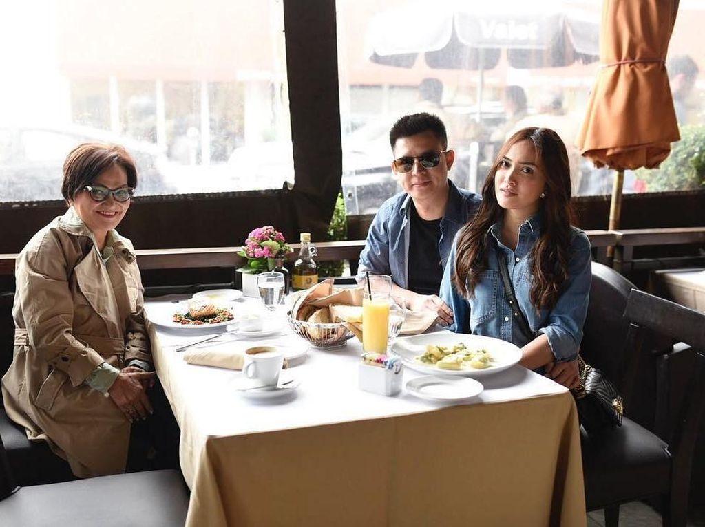 Lunch with two loves of my life, tulis Sandy ketika sedang mengunggah foto kebersamaan dirinya dengan sang bunda dan suami. Foto: Instagram shandyaulia