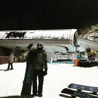 Sehun dikenal sebagai idol yang playful. Bahkan saat olahraga pun ia menikmatinya, termasuk saat bermain ski di malam hari ini. (Foto: Instagram/oohsehun)