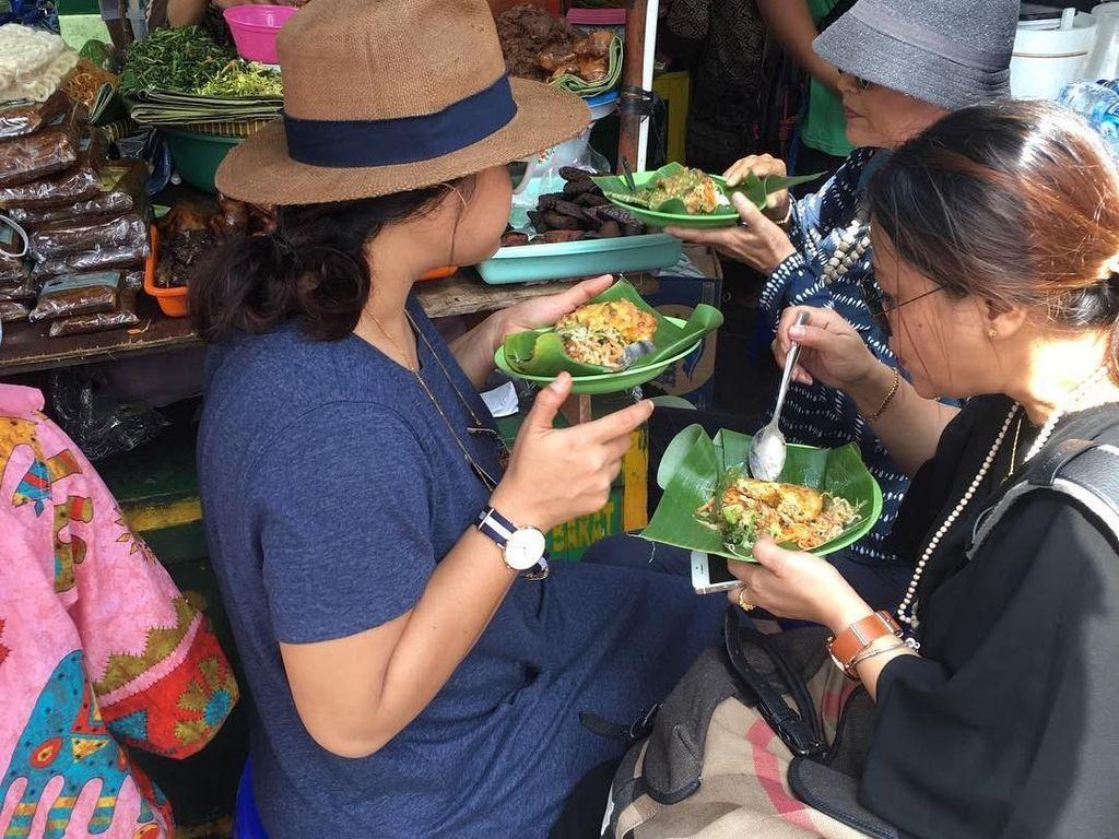 Makan di kedai pinggir jalan tidak masalah bagi Oki Lukman. Ini saat ia sedang makan pecel di salah satu kedai daerah Malioboro. Foto: Instagram