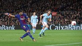 <p>Babak pertama ditutup Barcelona dengan keunggulan 4-0 setelah Luis Suarez mencetak gol pada menit ke-31 memanfaatkan blunder kesalahan lini belakang Celta Vigo. (REUTERS/Albert Gea)</p>
