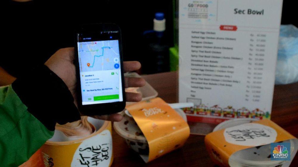 Driver Ojek Daring menunjukkan pesanan makanan dari aplikasi Go Food di Pasar Festival, Jakarta, Jumat (12/1/2018).