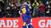 <p>Kolaborasi Lionel Messi dengan Jordi Alba belakangan membuat Barcelona mampu meraih kemenangan penting. (REUTERS/Albert Gea)</p>
