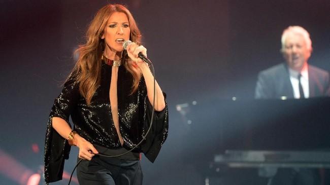 Paduan jaket, dress panjang, dan juga gaun one shoulder terlihat pernah dipakai Celine Dion dalam konsernya di berbagai negara. (AFP PHOTO / PIERRE ANDRIEU / AFP PHOTO / PIERRE ANDRIEU)