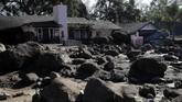 Para petugas kemanusian pun mengerahkan segala sumber daya untuk melakukan pencarian di tengah alam asri yang kini tertutup lumpur tersebut. (Justin Sullivan/Getty Images/AFP)