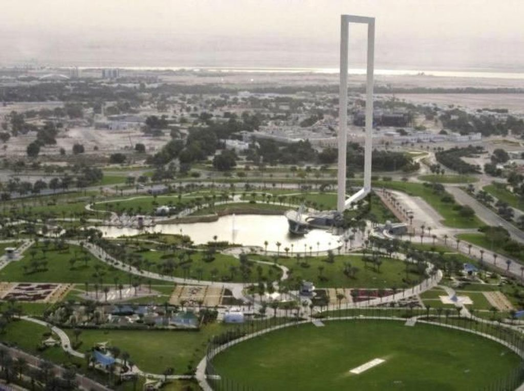 Tugu bingkai foto terbesar itu terletak di Zabeel Park yang menyajikan pemandangan sepajang 93 meter dari jembatan. Inhabitat/Istimewa.
