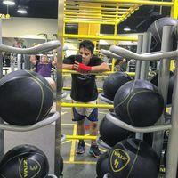 Umay turut mengambil peran dalam sinetron 'Si Eneng dan Kaos Kaki Ajaib'. Beranjak dewasa, Umay terlihat sering berolahraga boxing atau ke gym. (Foto: Instagram/umayshahab)