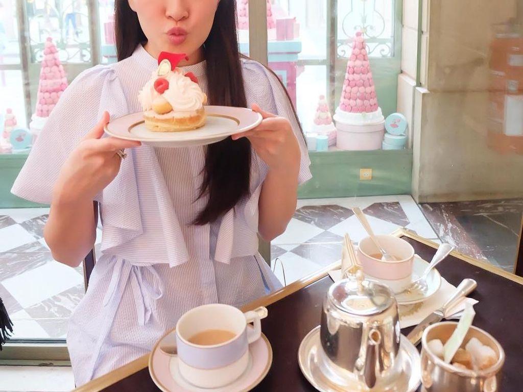 Berpose dengan cake yang cantik, Shandy Aulia bikin netizen ngiler! Foto: Instagram shandyaulia