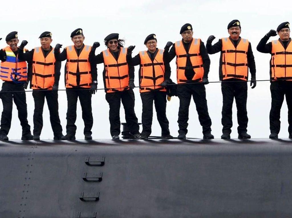 Susi berdiri tegap di atas kapal selam tersebut bersama dengan Panglima TNI Marsekal Hadi Tjahjanto, Kapolri Jenderal Tito Karnavian, Menteri Luar Negeri Retno LP Marsudi dan Menteri Perhubungan Budi Karya Sumadi yang juga hadir dalam acara tersebut. Istimewa/IG @susipudjiastuti115.