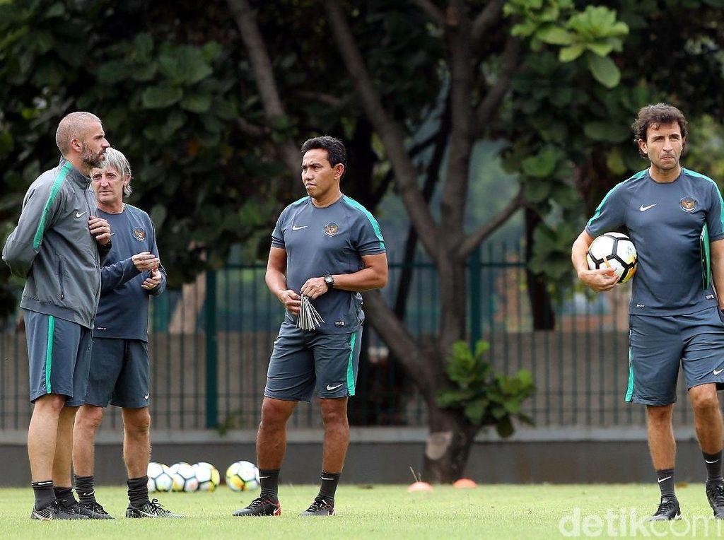 Sang pelatih kenamaan yang juga mantan pemain Barcelona dan Real Madrid ini, terus menggodog strategi dan mematangkan peta kekuatan Timnas Indonesia.