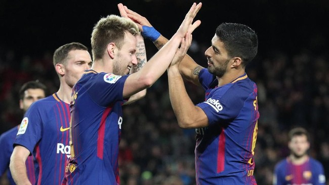 <p>Ivan Rakitic dan Luis Suarez merayakan gol kelima Barcelona. Kemenangan 5-0 membuat Barcelona lolos ke perempat final Copa del Rey dengan kemenangan agregat 6-1 atas Celta Vigo. (REUTERS/Albert Gea)</p>