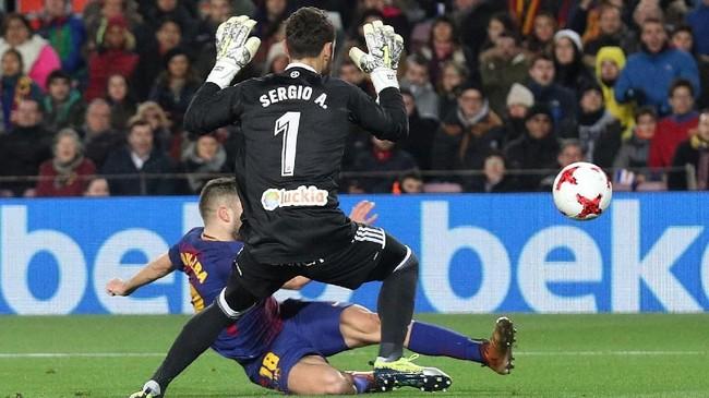 <p>Pada menit ke-28 giliran Jordi Alba yang memanfaatkan assist Lionel Messi untuk mencetak gol ketiga Barcelona ke gawang Celta Vigo. (REUTERS/Albert Gea)</p>