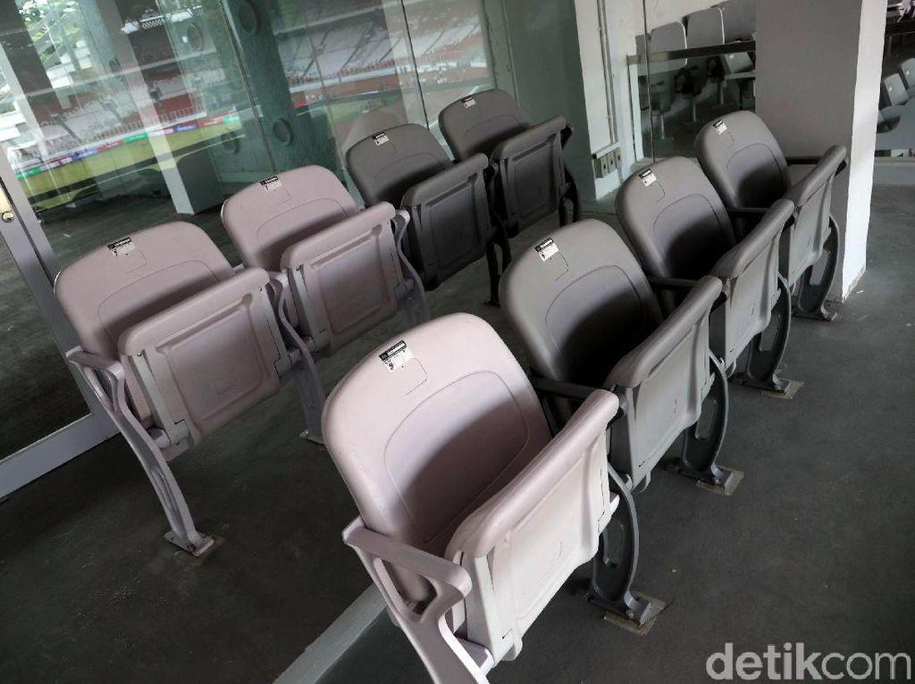 Di dalam sky box itu difasilitasi empat sampai delapan kursi.