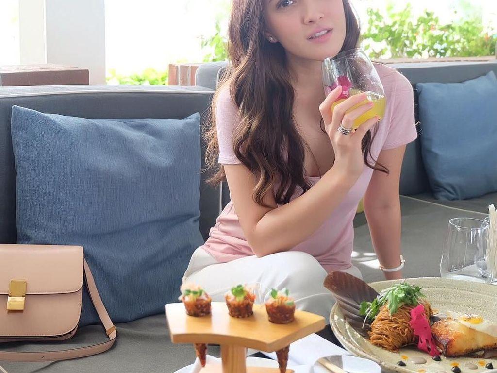 Makin hari makin cantik! Shandy Aulia sedang menikmati minuman segar di Spango, Singapore. Foto: Instagram shandyaulia