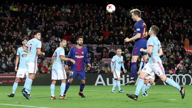 <p>Di babak kedua Barcelona menambah satu gol melalui sundulan Ivan Rakitic setelah meneruskan umpan sepak pojok Ousmane Dembele menit ke-87. (REUTERS/Albert Gea)</p>