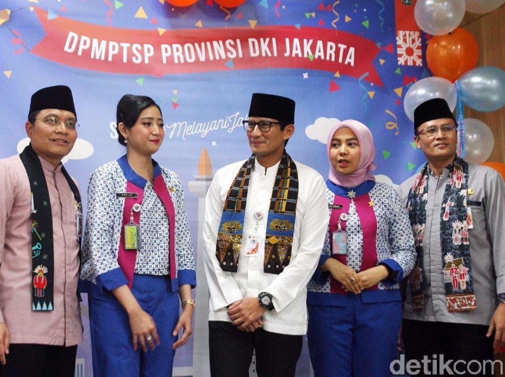 Turut hadir dalam acara tersebut, Ketua Kadin Provinsi DKI Jakarta, Eddy Kuntadi dan Pengamat Kebijakan Publik, Agus Pambagio, saat menghadiri peringatan HUT ke 3 Dinas Penanaman Modal dan Pelayanan Terpadu Satu Pintu di Jakarta, Jumat (12/1).