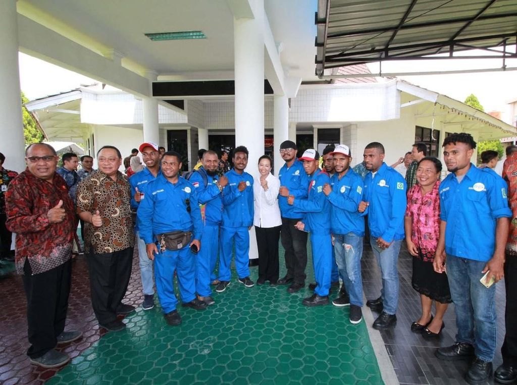 Direktur Utama BTN Maryono mendampingi Menteri BUMN Rini Soemarno berdialog dengan para siswa Program Vokasi Welder di Sentani, Jayapura. Pool/BTN.