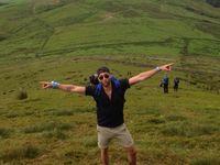 Matthew juga senang dengan aktivitas fisik mendaki gunung. (Foto: Instagram/mattdavelewis)