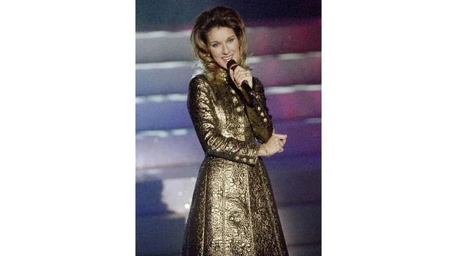 Dalam konsernya di tahun 1996, Celine Dion juga kerap memakai busana bling-bling dan berkilau. (AFP PHOTO PIERRE BOUSSEL / AFP PHOTO / PIERRE BOUSSEL)