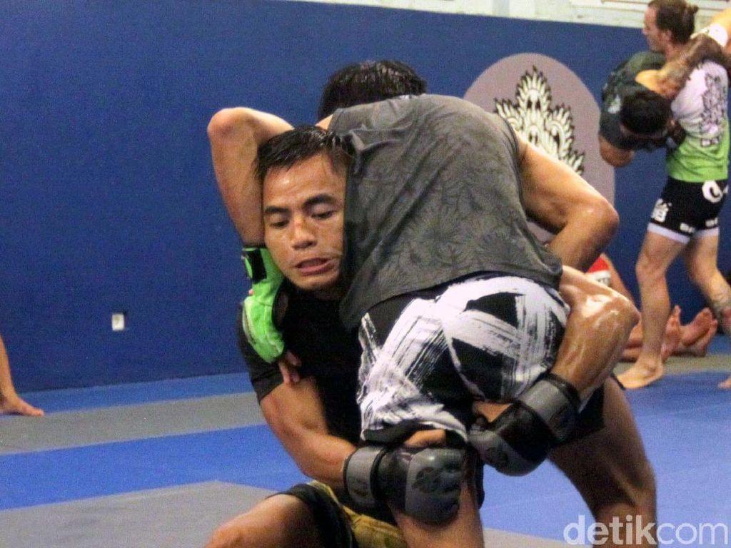 Semua kemampuan bela diri yang dia miliki terus diasah mengingat pertarungan ini sangat penting bagi kariernya, terutama dalam meretas predikat juara dunia One Championship kelas terbang. Pool/Bali MMA.