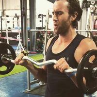 Di waktu senggang Matthew latihan beban di gym untuk melatih otot-ototnya. (Foto: Instagram/mattdavelewis)