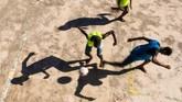 <p>Anak-anak bermain bola di perkampungan Vidigal di kota Rio de Janeiro, Brasil. (AFP/Christophe Simon)</p>