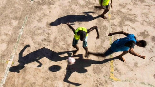 Anak-anak bermain bola di perkampungan Vidigal di kota Rio de Janeiro, Brasil. (AFP/Christophe Simon)