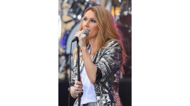 Tak cuma bling-bling, busana yang dipakainya juga terlihat seksi. Tak dimungkiri, Celine Dion di usia paruh bayanya juga masih terlihat seksi dan cantik. (Michael Loccisano/Getty Images/AFP)
