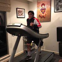 Siapa yang tak kenal legenda hidup dari Argentina, Diego Armando Maradona. Dikenang dengan 'gol tangan tuhan', Maradona tetap berolahraga untuk menjaga kebugaran tubuhnya. (Foto: Instagram/@maradona)