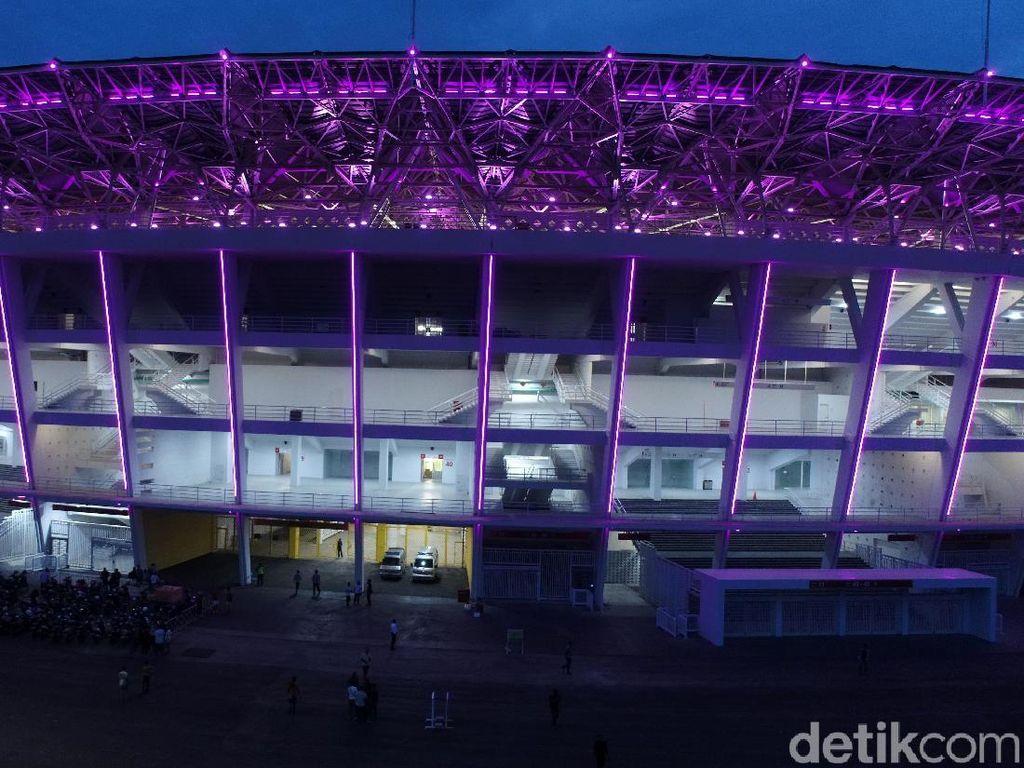 Lampu-lampu LED dipasang di sekitar lingkaran atas stadion.