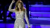Hanya saja dalam tiap tampilannya, Celine Dion ternyata punya satu benang merah yaitu glamor dan bling-bling. (Ethan Miller/Getty Images/AFP)