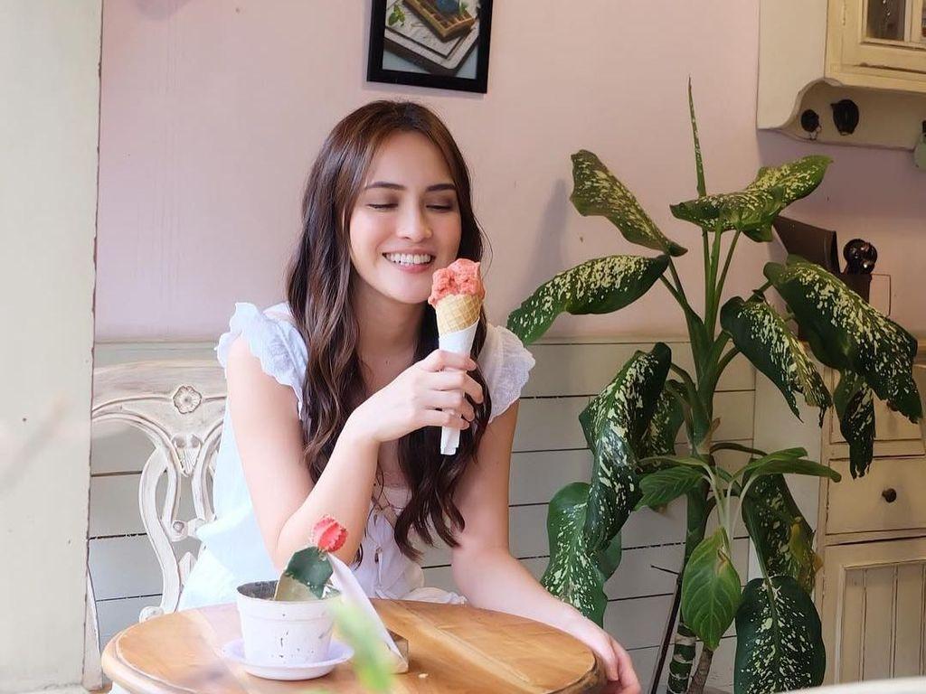 Yummyyy, tulis Shandy Aulia saat hendak mencicip es krim cone berwarna merah muda. Foto: Instagram shandyaulia