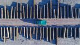 <p>Foto udara yang diambil menggunakan pesawat nirawak menunjukkan deretan kayu di sebuah fasilitas penyimpanan suatu perusahaan di Kota Chorin di negara bagian Brandebourg, Jerman. (AFP/Patrick Pleul)</p>