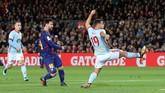 <p>Sayang, Celta Vigo tidak mampu membendung permainan Barcelona. Tuan rumah sudah unggul pada menit ke-13 melalui gol Lionel Messi meneruskan umpan silang Jordi Alba. (REUTERS/Albert Gea)</p>