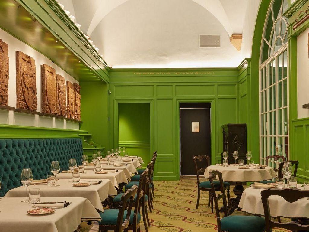 Gucci Osteria baru saja dibuka, Kamis (11/1) tapi sudah banyak orang yang penasaran seperti apa interior dan makanannya. Bagian dalam restoran didesain dengan konsep casual fine dining. Sebagian besar dindingnya warna hijau terang. Foto: Instagram