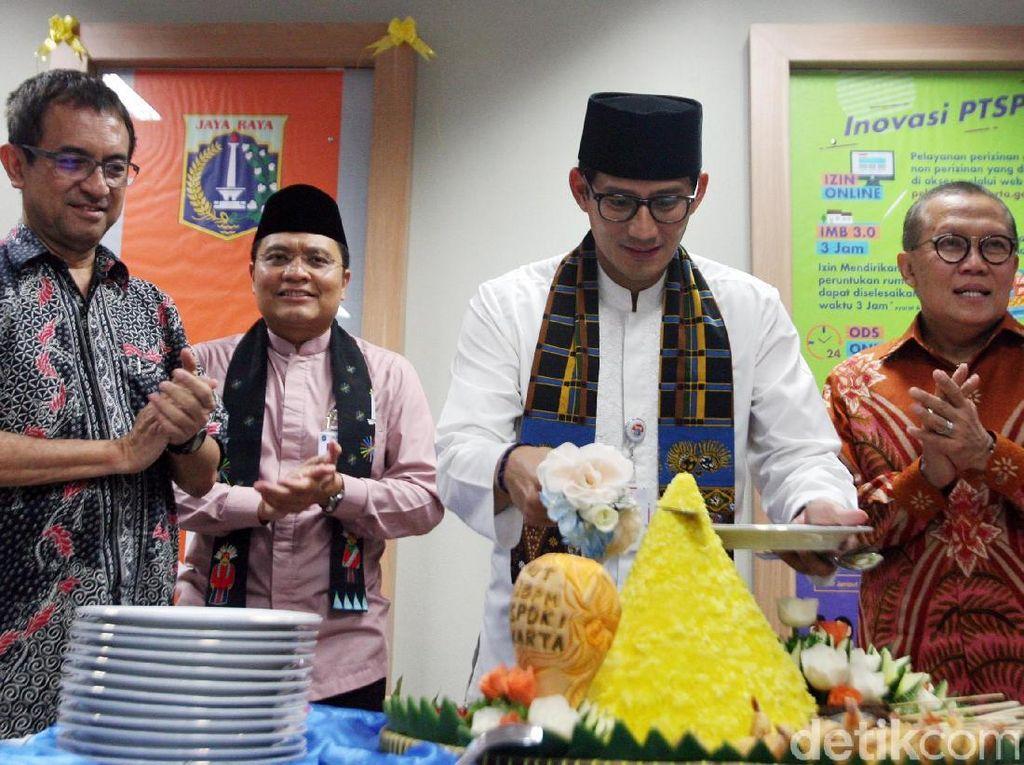 Wakil Gubernur DKI Jakarta, Sandiaga Uno didampingi Kepala Dinas Penanaman Modal dan Pelayanan Terpadu Satu Pintu (DPMPTSP), Edy Junaedi memotong tumpeng sebagai bentuk ucapan syukur atas 3 tahun berdirinya lembaga tersebut.