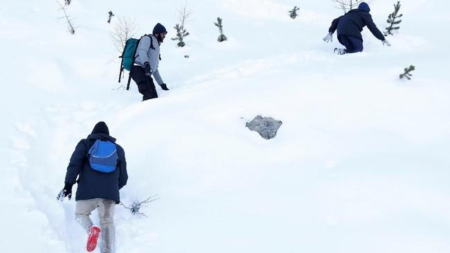 Bersama lima imigran lainnya, Abdullhai melalui rintangan yang mengancam nyawa, mulai dari tergelincir di atas tanah berlapis es, hingga tertimpa bebatuan dari atas gunung. (Reuters/Siegfried Modola)