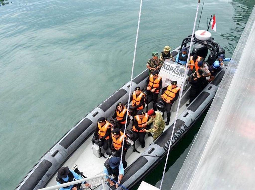 Susi juga mendapatkan Brevet dari TNI AL yang dilakukan di dalam kapal selam yang sedang melaut. Istimewa/IG @budikaryas.