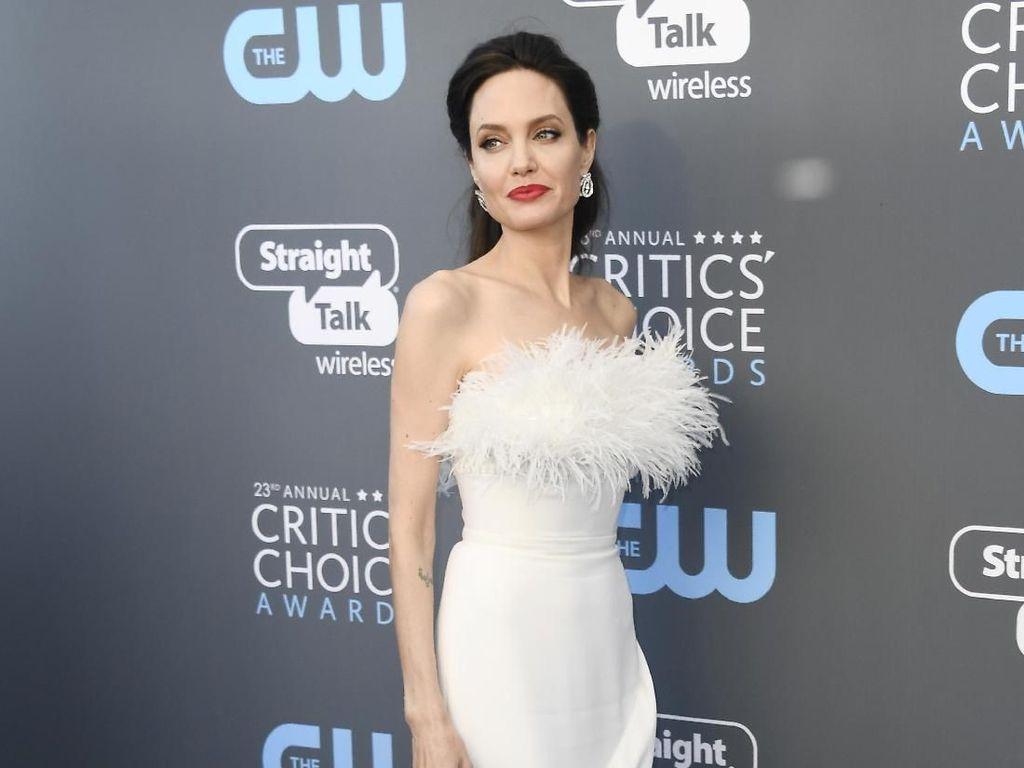 Foto: Bak Malaikat, Angelina Jolie Cantik Berbalut Gaun Putih
