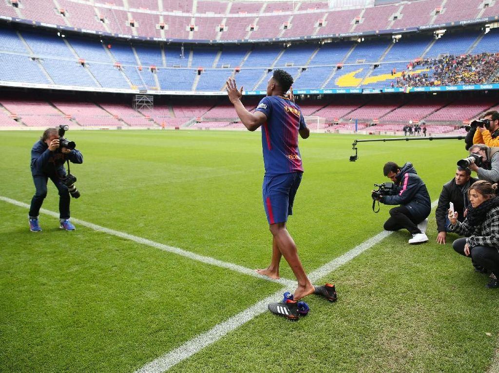 Sekitar satu menit dia bertelanjang kaki di atas rumput Camp Nou. (REUTERS/Albert Gea)