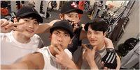 Dalam foto lain yang diunggah penyanyi Park Joon Hyung dari G.O.D, Chanyeol ternyata juga pernah nge-gym bersama Kai dan Suho. (Foto: Instagram/real_pcy)