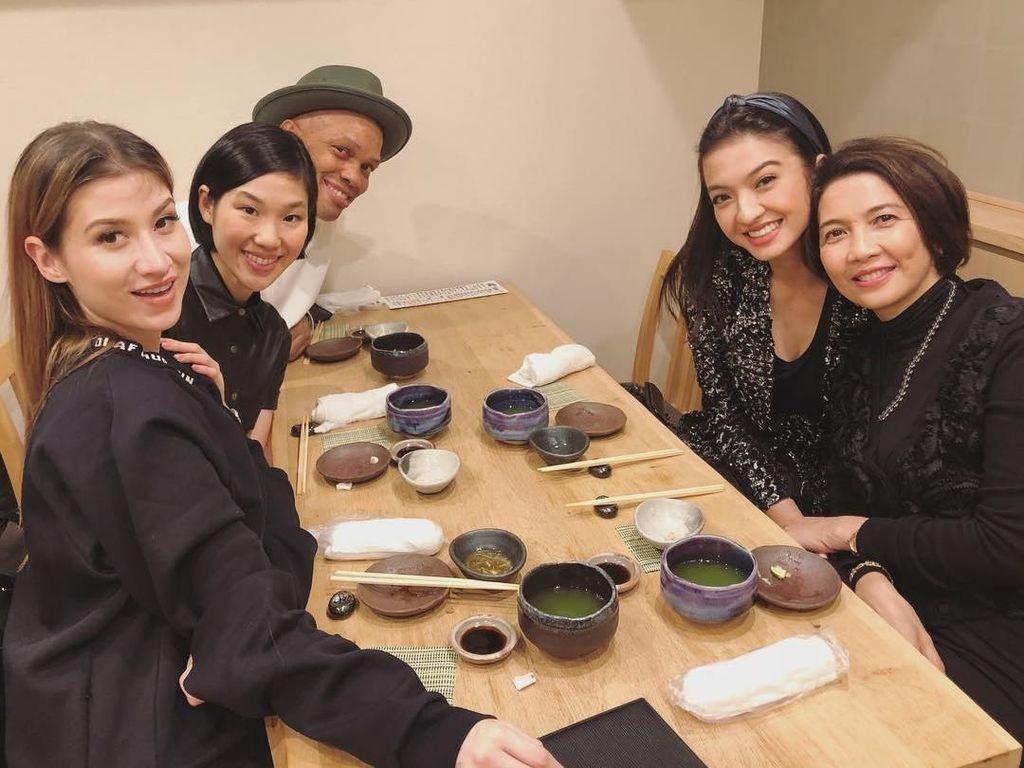 Berpose dengan teman-temannya, Raline terlihat ada di restoran Jepang di Osaka. Di hadapannya ada piranti makan khas Jepang. Terlihat juga segelas teh hijau. Foto: Instagram Raline Shah