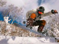 Chanyeol juga beberapa kali memamerkan kemampuannya beratraksi di atas salju dengan papan snowboarding-nya. (Foto: Instagram/real_pcy)