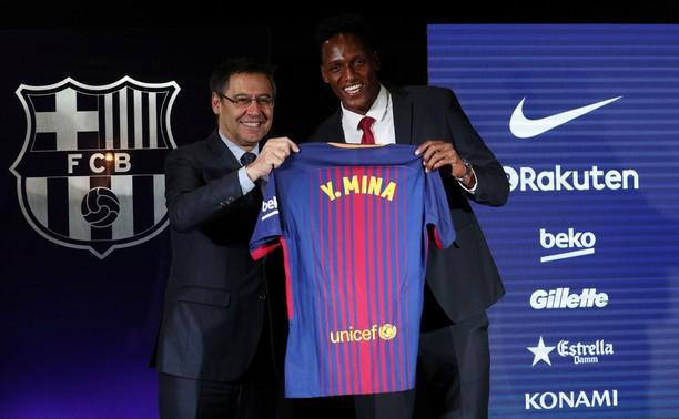 Aksi Nyeker Bek Baru Barcelona di Camp Nou