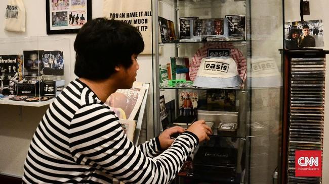<p>Koleksi Ilham bertambah ketika ia lancong ke London pada 2013. Ia banyak menemukan barang-barang langka yang tak mungkin didapatkan di Indonesia.</p>