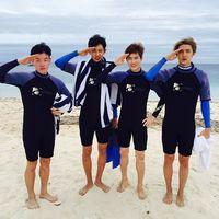 Saat bersama teman-temannya, Chanyeol juga pernah menghabiskan waktu bersama mereka dengan scuba diving. (Foto: Instagram/real_pcy)