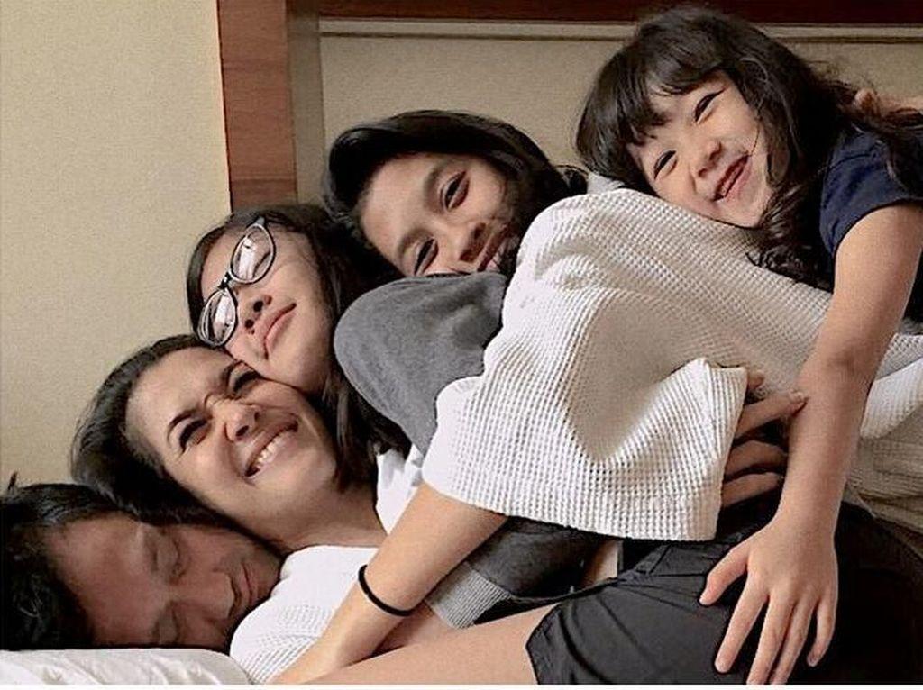 Bahagia banget kan keluarga ini. Foto: Tora Sudiro dan Mieke Amalia (Instagram)