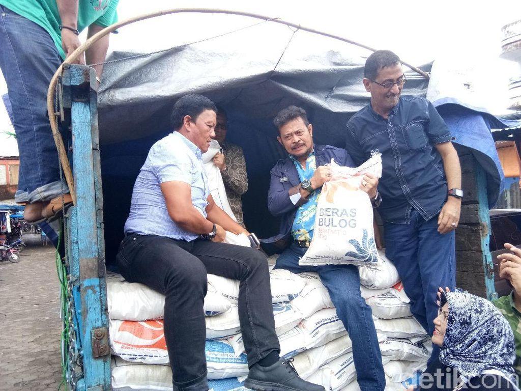 Ketiganya memeriksa karung beras di Pasar Terong dengan menaiki mobil truk yang mengangkut karung beras.