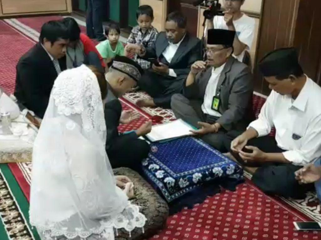 Pelaksanaan pernikahan dikatakan Suhermanto berlangsung lancar. Kedua orang tua mempelai hadir. Penghulunya bernama Ade Lesmana dari Kantor Urusan Agama Palmerah Jakarta Barat. (Foto: Istimewa)
