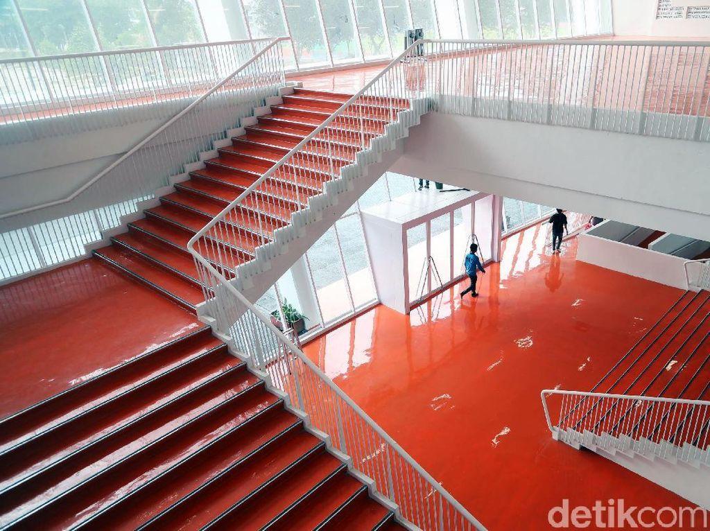 Lantai dan tangga Stadion Utama GBK tampak mengilap.