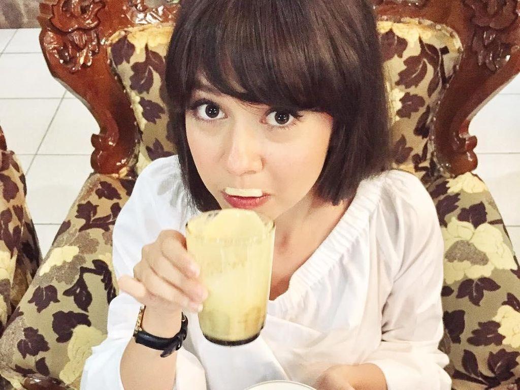 Kali ini ia sedang nyeruput Teh Talua. Minuman khas di daerah minang adalah Teh Talua! Jujur aku suka!! Jd pingin deh apalagi hujan2 gini di Jakarta, tulis akun instagram @yukikt. Foto: Instagram yukikt